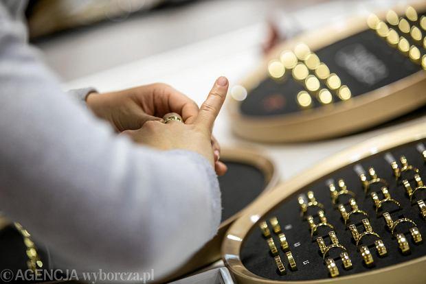 Zdjęcie numer 1 w galerii - Wizażyści, cukiernicy, pokazy mody i konkursy. Pierwszy dzień targów ślubnych Ona & On [ZDJĘCIA]