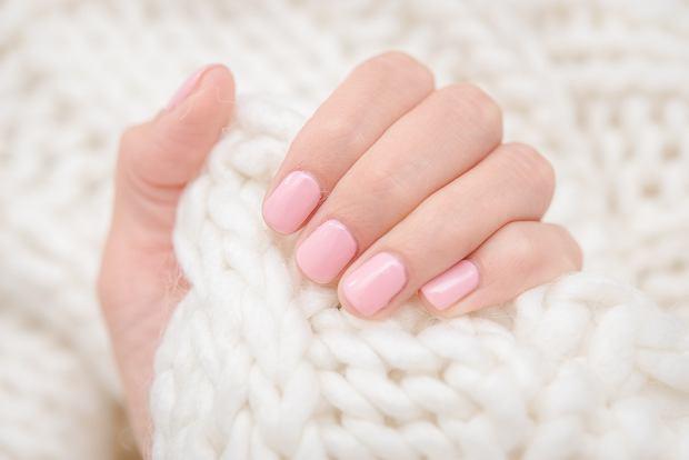 Różowe paznokcie to klasyka od lat. Począwszy od lekkich, pudrowych kolorów, aż po intensywne fuksje