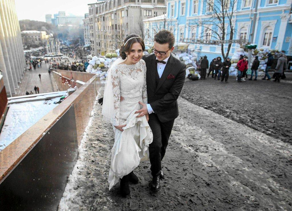 Nowożeńcy przy barykadzie w Kijowie