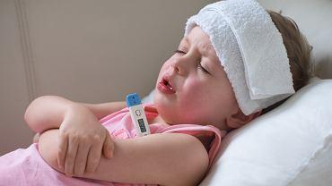 Drgawki u dziecka mogą być spowodowane na przykład wysoką gorączką