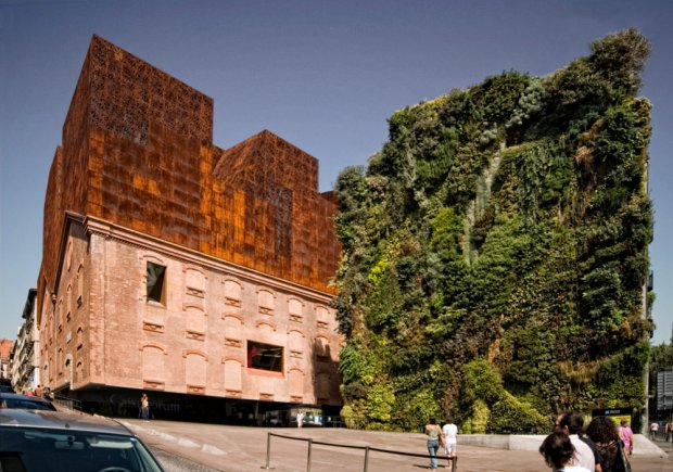 Brytyjski dziennik zachwyca się bryłą budynku, która wsparta jest na trzech betonowych podstawach. Muzeum sztuki i kultury mieści się w dawnej elektrowni, zostało przekształcone przez dwóch architektów z pracowni Herzog & de Meuron. Bilety kosztują 4 euro, choć wiele wystaw można odwiedzać za darmo.