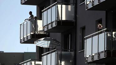 Życie w czasie pandemii toczy się na balkonach (zdjęcie ilustracyjne)