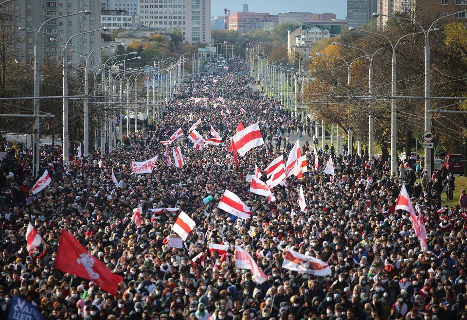 'Niedobrze, że plączą się po Mińsku, niedobrze, że zachowują się tak bezczelnie. Zmieniliśmy taktykę. W spokojnym trybie znajdziemy każdego' - Łukaszenka odpowiedział na 'ludowe ultimatum'. Na zdjęciu: Na zdjęciu: demonstracja przeciwników reżimu, Mińsk, 18 października 2020