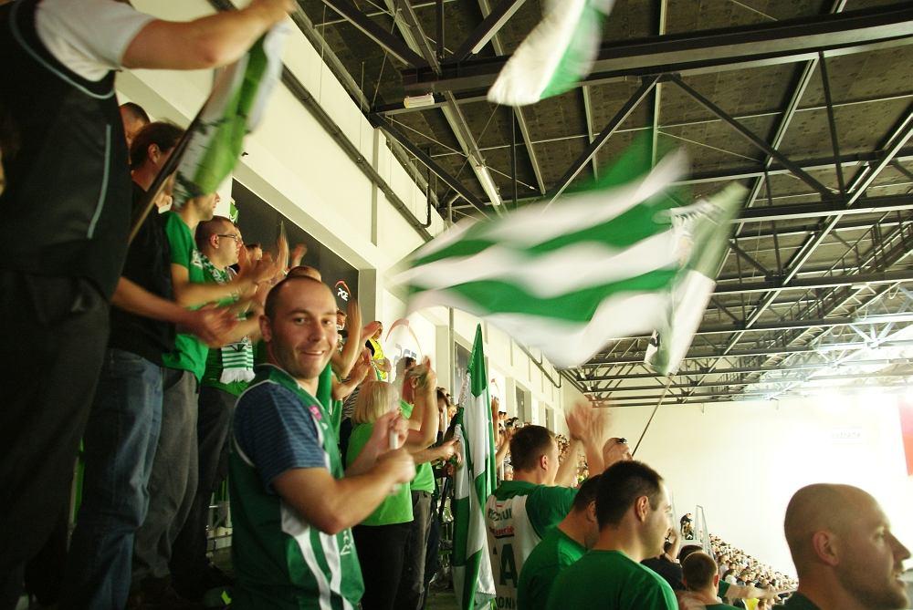 Zielonogórscy kibice na meczu w Zgorzelcu. Łukasz Ignaszewski na trybunach