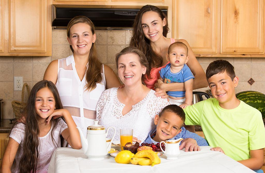 Emerytura dla matki 4+ przewidziana jest dla osób, które nie pracują, więc nie mają środków do życia lub pobierają już emeryturę albo rentę, ale niższą niż emerytura minimalna