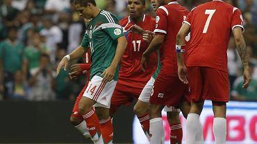 Javier Hernandez, w tle Luis Henriquez