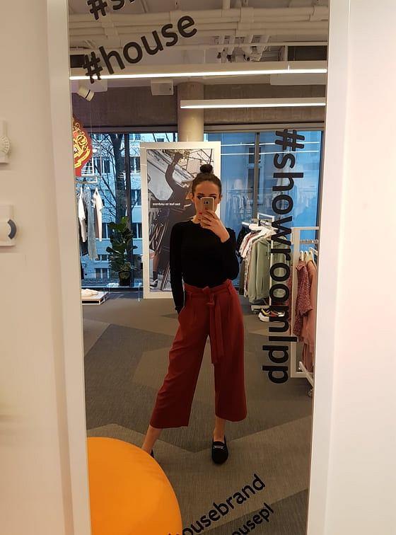 4. Bordowe spodnie typu culotte z wiązaniem