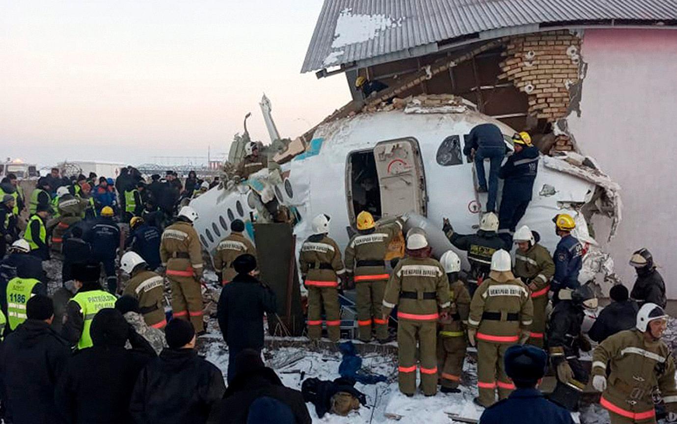 Kazachstan. Samolot wbił się w budynek. Na pokładzie było 100 osób. Są zabici   Wiadomości ze świata - Gazeta.pl