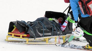 Konkurencje zimowe to sporty dla odważnych, nietrudno tu o kontuzję. W ten weekend zdarzyło się kilka, ale nie tylko na stokach i zeskokach.<br> Piątkowy trening przed zjazdem kobiet w Val d'Isere został przerwany po upadku Austriaczki Stefanie Moser. Zwieziono ją na noszach. Lekarz austriackiej kadry Klaus Pribitzer stwierdził później, że zawodniczka doznała lekkiego wstrząśnienia mózgu oraz uszkodzenia więzadeł prawego kolana. Przewieziono ją do ojczyzny gdzie przejdzie dokładne badania