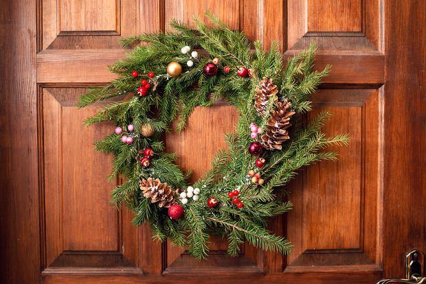Wieniec na drzwi to łatwa w wykonaniu dekoracja świąteczna. Zdjęcie ilustracyjne