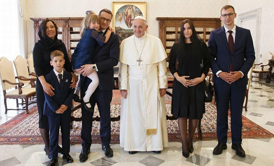 Premier Mateusz Morawiecki z żoną i dziećmi na audiencji u papieża Franciszka