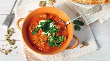 Kurczak w sosie curry jest ciekawą alternatywą dla klasycznych obiadów, jakie serwujemy w naszych domach.