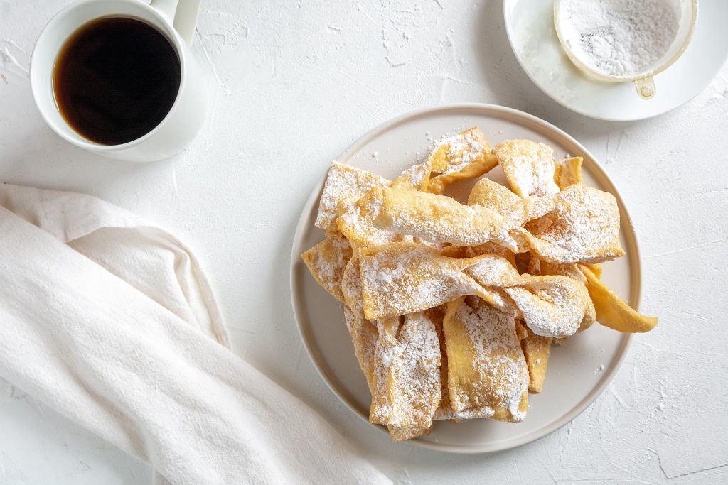 Faworki, zwane w niektórych regionach 'chrustem' lub 'chruścikami' to chrupiące ciastka w kształcie kokardki