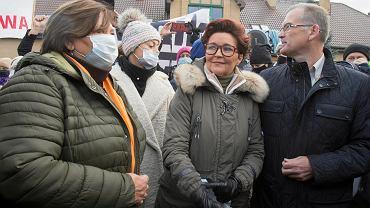 Jolanta Kwaśniewska i Anna Komorowska przed placówką Straży Granicznej