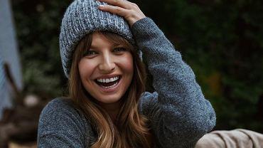 """Anna Lewandowska motywuje fanki, a one patrzą na holograficzną kurtkę. """"Wow, super wdzianko!"""""""