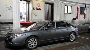 Nieopancerzony samochód użyczony przez ambasadora Francji