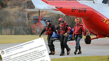Ratownicy TOPR transportują zwłoki słowackiego turysty, który zginął pod Rysami