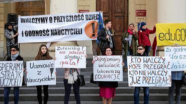 Kilkaset osób zebrało się w poniedziałek wieczorem przed lubelskim ratuszem w ramach akcji wsparcia dla strajkujących nauczycieli i pracowników oświaty. Mieli ze sobą transparenty, flagi Polski i Unii Europejskiej oraz latarki potzebne do utworzenia 'łańcucha światła'. Kilkadziesiąt osób trzymało w rękach czerwone kartki z symbolizującym protest czarnym wykrzyknikiem, inne - plakaty z hasłami m.in. 'Zalewska, nie zdałaś. Pała!', 'Men mnie mnie!', 'Politycy do tablicy' czy 'Dojnej zmiany kalkulacje lekceważą edukację'. Nie zabrakło przemów uczniów i rodziców, w których podkreślano solidarność ze strajkującymi nauczycielami i sprzeciw wobec obecnej polityki edukacyjnej w Polsce. Manifestacja pod hasłem 'Łańcuch Światła z Wykrzyknikiem' zakończyła się ok. godziny 20.