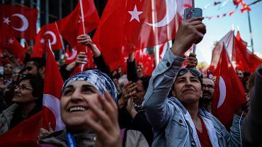 Zwolennicy opozycji słuchają wybranego na burmistrza Stambułu Ekrema Imamoglu