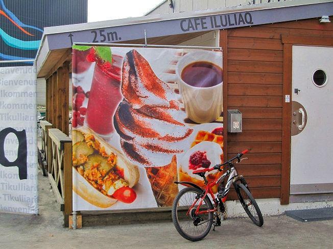 Większość żywności przywożona jest z Danii; fast foody oferują mrożoną pizzę, kebab ihot dogi zkiełbaskami zwoła piżmowego