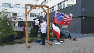 Kukła Żyda pod KWP w Łodzi