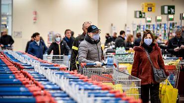 Ludzie w maseczkach na twarzy w supermarkecie w Mediolanie