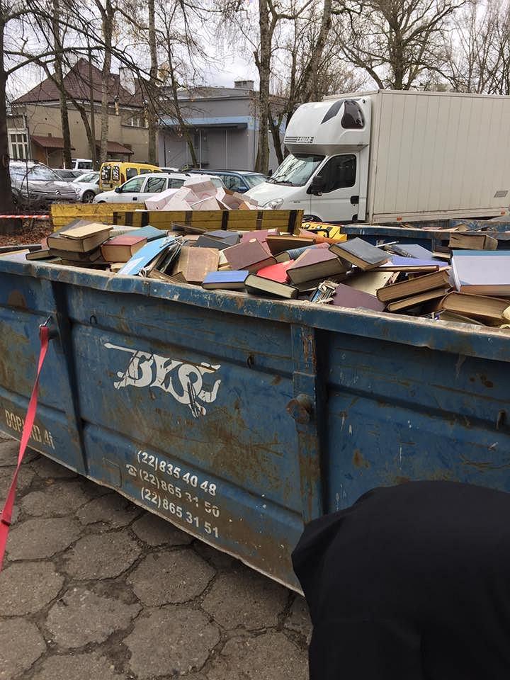 Książki naukowe wylądowały na śmietniku
