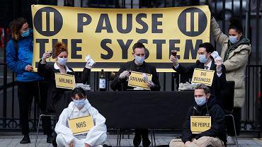 Członkowie grupy 'Pause The System' protestują przed Downing Street w Londynie, 20.03.2020