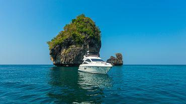 Jacht na wodach Tajlandii w okolicy wyspy Phuket