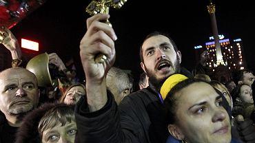 Protestujący śpiewają podczas wiecu w centrum Placu Niepodległości w Kijowie 21 lutego 2014