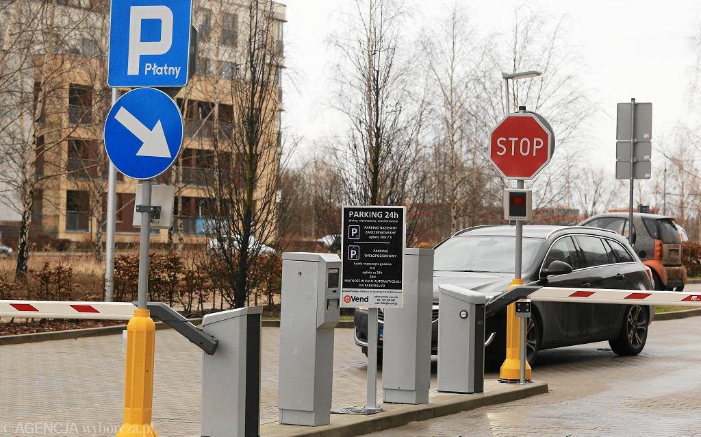 Parking przy al. Rzeczypospolitej