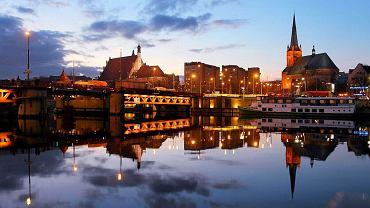 Widok na Most Długi i Stare Miasto z wyspy Łasztownia w Szczecinie