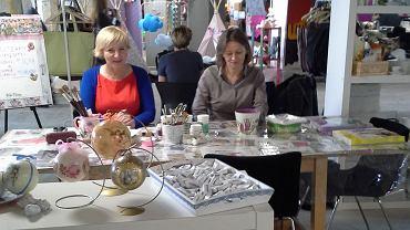 """Ogromnym zainteresowaniem cieszyły się warsztaty rękodzieła, prowadzone w stoisku """"Czterech Kątów"""" przez nasze redakcyjne koleżanki w ostatnim dniu imprezy nazwanej Łódź Design Festival. Małgosia Margas zdradzała tajniki dekupażu, Edyta Jabłońska pokazywała zaś, jak malować na ceramice."""