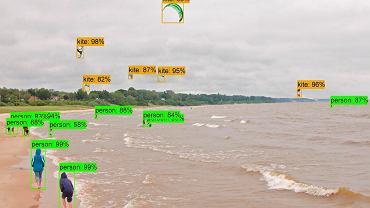 Podczas jednego z testów AI-dziecko miało za zadanie rozróżnić ludzi od latawców wykorzystywanych przez kitesurferów