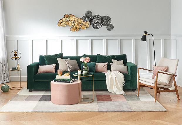 Stylowy dywan do salonu, kontrastujący z ciemną kanapą