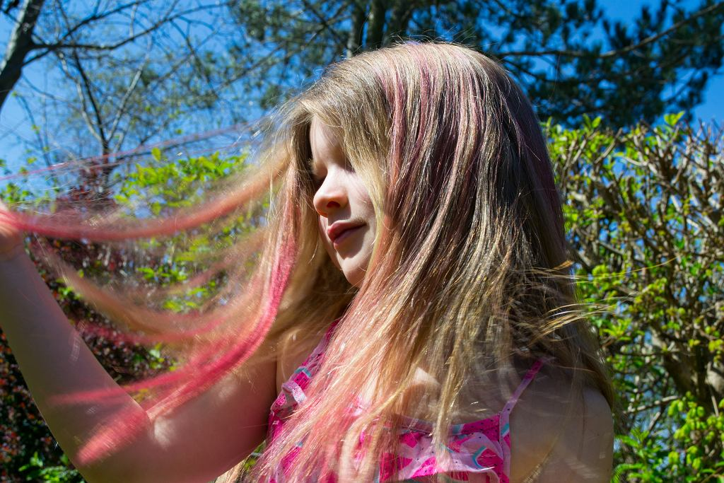 Jak w domu zrobić tęczowe włosy. Potrzebujesz tylko jednej rzeczy