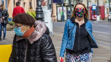 Pandemia koronawirusa. Mieszkańcy w obowiązkowych maseczkach. Bydgoszcz, 18 kwietnia 2020
