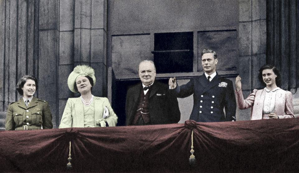 8 maja 1945 r., brytyjska rodzina królewska i premier Winston Churchill pozdrawiają z balkonu pałacu Buckingham szalejących z radości londyńczyków. Od lewej: księżniczka Elżbieta, królowa Elżbieta, Churchill, Jerzy VI i księżniczka Małgorzata.