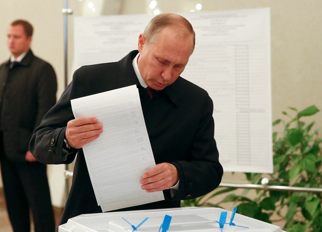 Władimir Putin wrzuca głos do urny