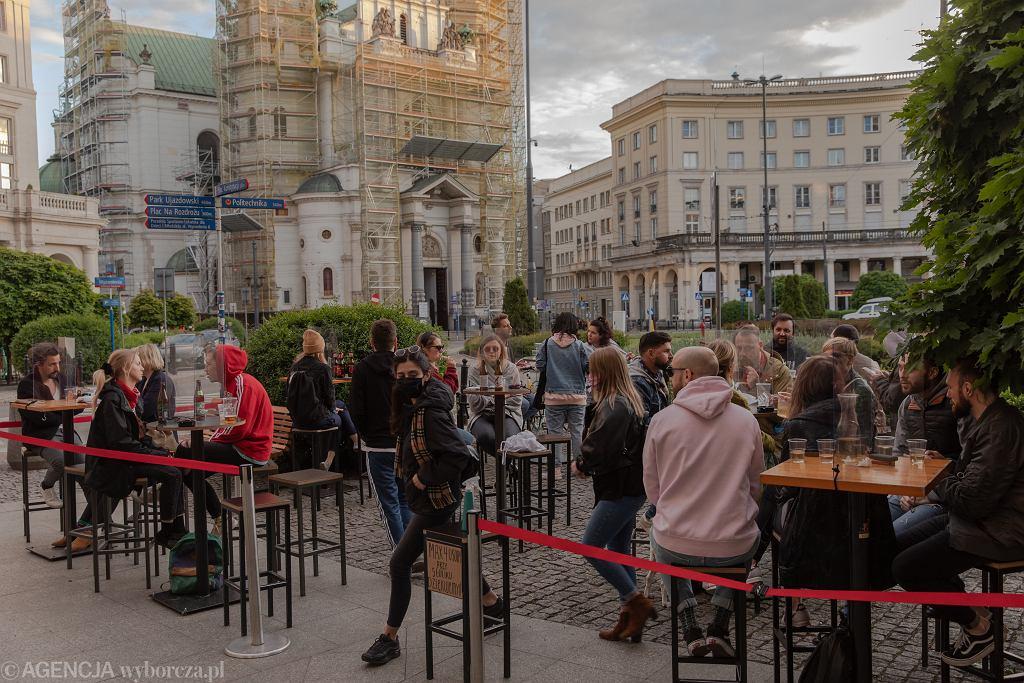 Plac Zbawiciela w Warszawie po zniesieniu części ograniczeń związanych z epidemią koronawirusa w maju 2020 roku