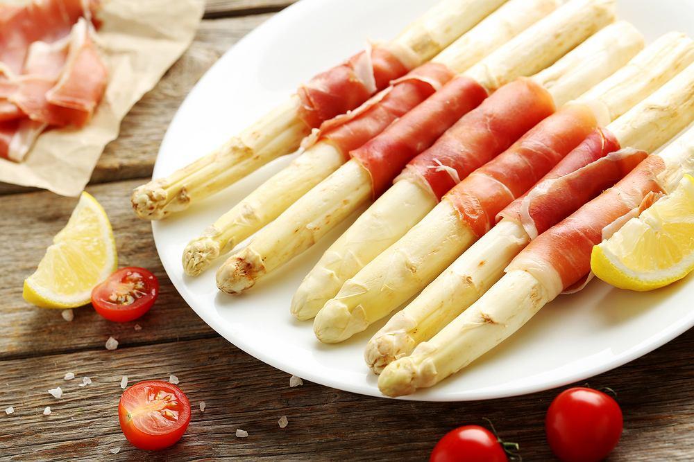 Białe szparagi w szynce można przygotować na grillu