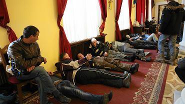 Demonstracje w Kijowie. Przyjezdni protestanci śpią w budynku administracji publicznej, zajętym przez opozycję