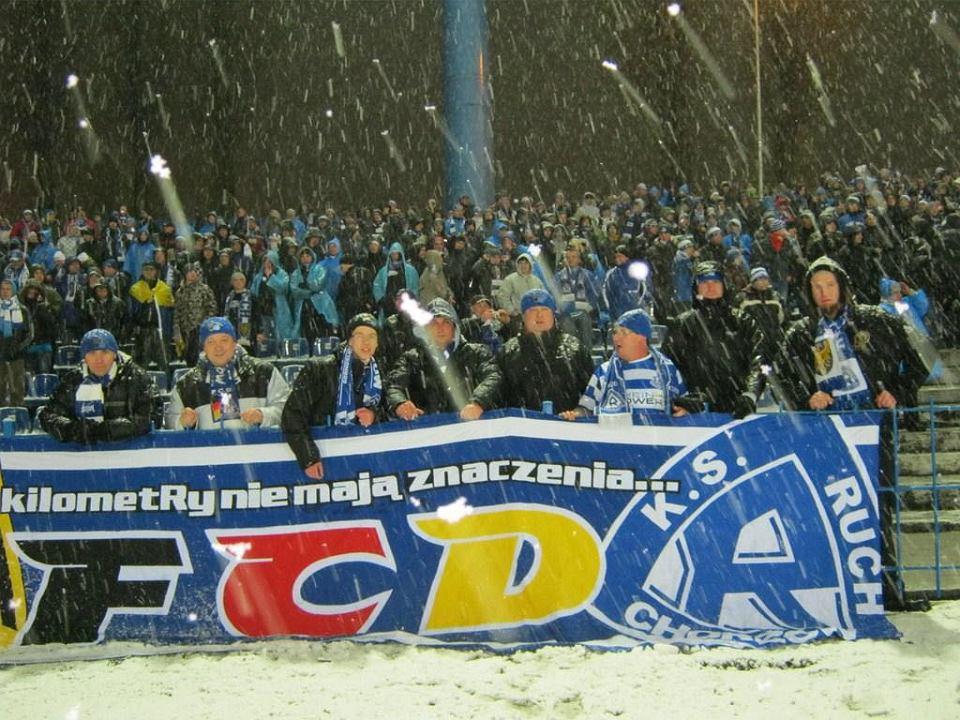Przedstawiciele niemieckiego fanklubu Ruchu podczas meczu na Cichej
