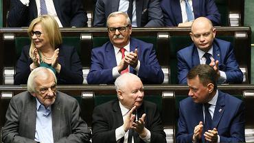 Jarosław Kaczyński z innymi członkami partii PiS