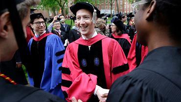 Mark Zuckerberg podczas uroczystości ukończenia Harvardu