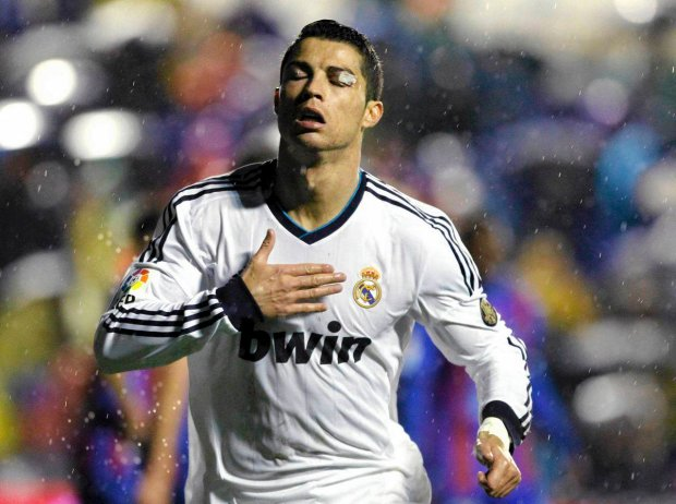 Real Madrid's Cristiano Ronaldo celebrates after he scored against Levante during their Spanish first division soccer match at the Ciudad de Valencia stadium in Valencia November 11, 2012. REUTERS/Heino Kalis (SPAIN - Tags: SPORT SOCCER)SLOWA KLUCZOWE::rel:d:bm:GF2E8BB1M5F01