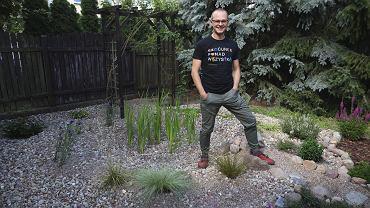 Wojciech Ptak w swoim ogrodzie deszczowym, który stworzył w czasie lockdownu.
