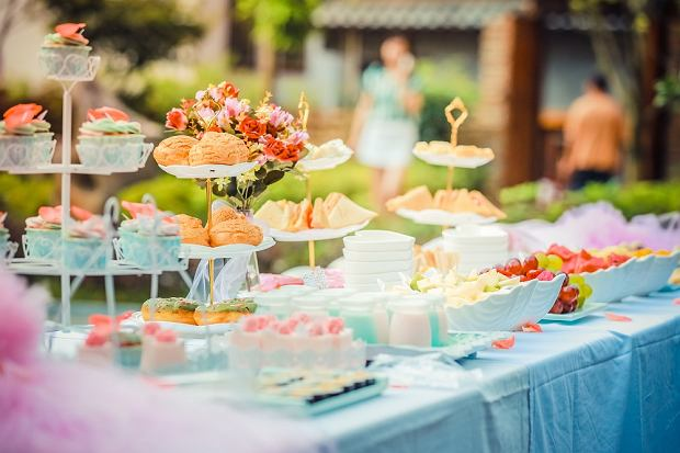 Akcesoria na imprezę w ogrodzie: drobiazgi, dzięki którym każde przyjęcie to sukces!