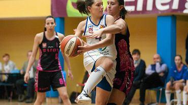 KKS - Baton Basket 25 Bydgoszcz 99:66. Karina Różyńska (z piłką), tu jeszcze w barwach olsztyńskiego klubu