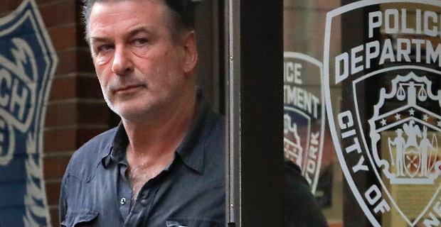 Alec Baldwin postrzelił dwie osoby. Wiemy, kto podał mu broń. Ujawniono informacje z akt
